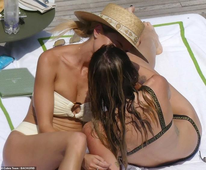 Vừa chia tay chồng, sao nữ Miley Cyrus hôn đắm đuối bạn gái mới - Ảnh 6.
