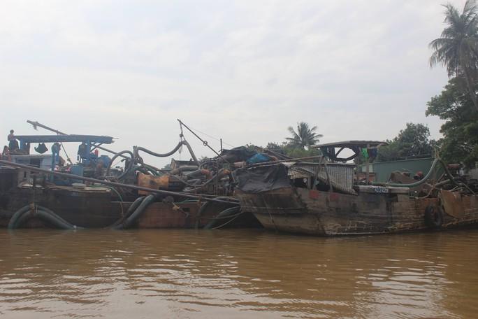 Cảnh sát phải nổ súng mới bắt giữ được 4 tàu của cát tặc ngoan cố - Ảnh 1.