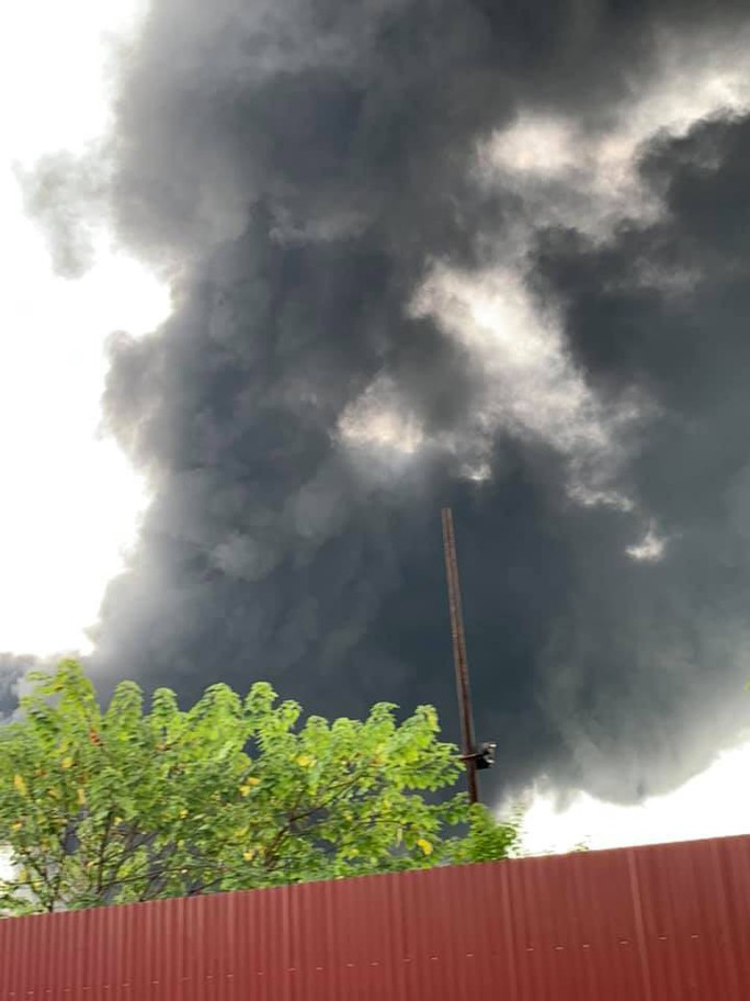 Cháy lớn gần Trung tâm thương mại Aeon Mall Long Biên, cột khói bốc cao hàng chục mét - Ảnh 3.