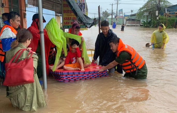 Công an vất vả giúp dân chống chọi với trận lụt lịch sử ở Phú Quốc - Ảnh 7.