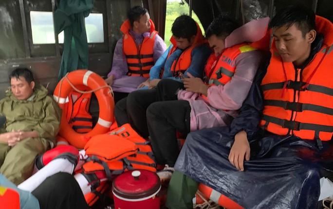 Công an vất vả giúp dân chống chọi với trận lụt lịch sử ở Phú Quốc - Ảnh 9.