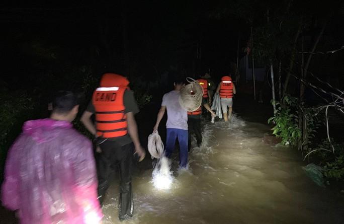 Công an vất vả giúp dân chống chọi với trận lụt lịch sử ở Phú Quốc - Ảnh 8.