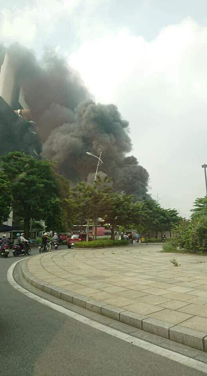 Cháy lớn gần Trung tâm thương mại Aeon Mall Long Biên, cột khói bốc cao hàng chục mét - Ảnh 4.