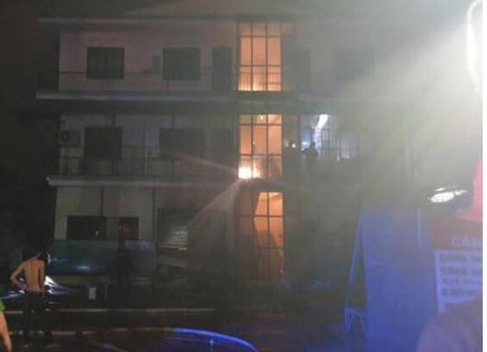Công ty may ở TP HCM bốc cháy trong đêm  - Ảnh 1.