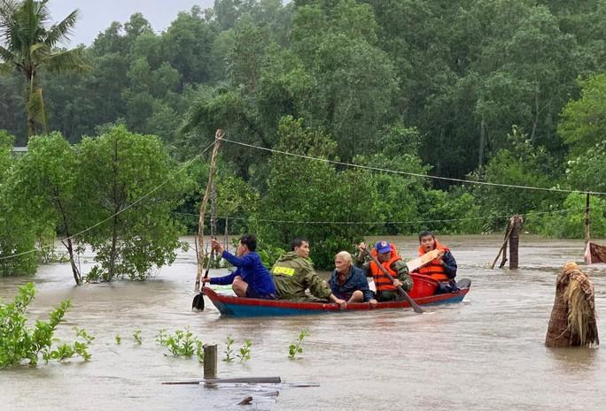 Công an vất vả giúp dân chống chọi với trận lụt lịch sử ở Phú Quốc - Ảnh 1.
