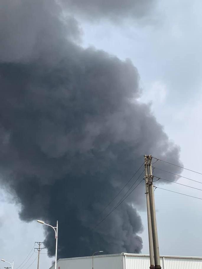 Cháy lớn gần Trung tâm thương mại Aeon Mall Long Biên, cột khói bốc cao hàng chục mét - Ảnh 6.