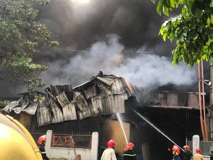 Cháy lớn gần Trung tâm thương mại Aeon Mall Long Biên, cột khói bốc cao hàng chục mét - Ảnh 7.