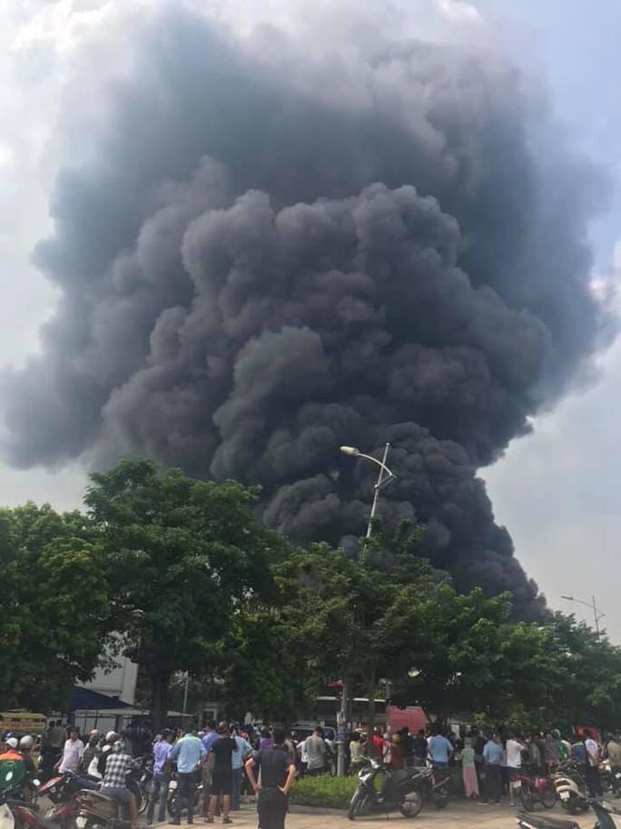 Cháy lớn gần Trung tâm thương mại Aeon Mall Long Biên, cột khói bốc cao hàng chục mét - Ảnh 2.