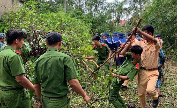 Công an vất vả giúp dân chống chọi với trận lụt lịch sử ở Phú Quốc - Ảnh 10.