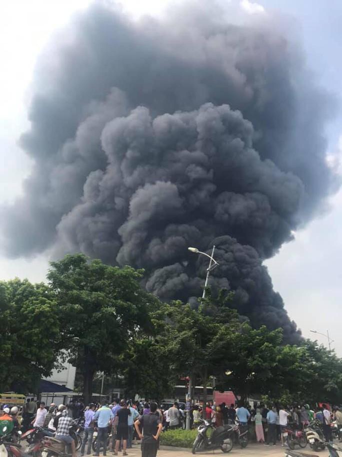 Cháy lớn gần Trung tâm thương mại Aeon Mall Long Biên, cột khói bốc cao hàng chục mét - Ảnh 9.