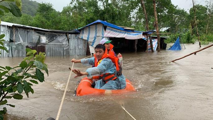 Công an vất vả giúp dân chống chọi với trận lụt lịch sử ở Phú Quốc - Ảnh 2.