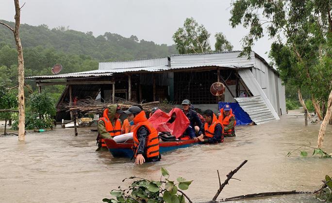 Công an vất vả giúp dân chống chọi với trận lụt lịch sử ở Phú Quốc - Ảnh 3.
