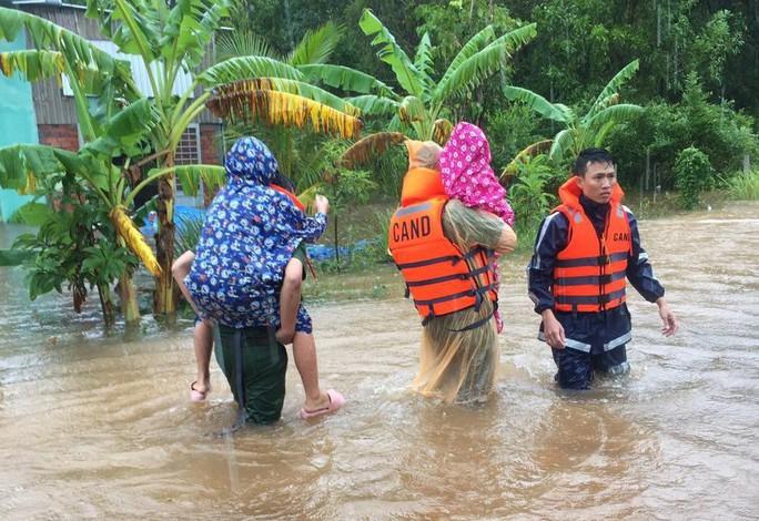 Công an vất vả giúp dân chống chọi với trận lụt lịch sử ở Phú Quốc - Ảnh 4.