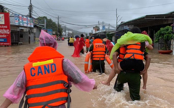 Công an vất vả giúp dân chống chọi với trận lụt lịch sử ở Phú Quốc - Ảnh 5.