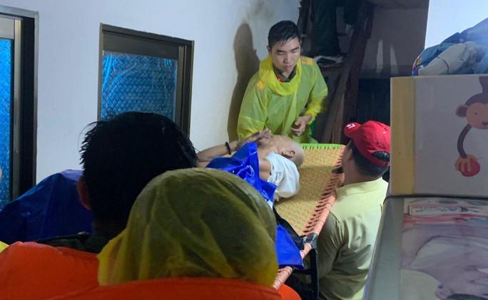 Công an vất vả giúp dân chống chọi với trận lụt lịch sử ở Phú Quốc - Ảnh 6.