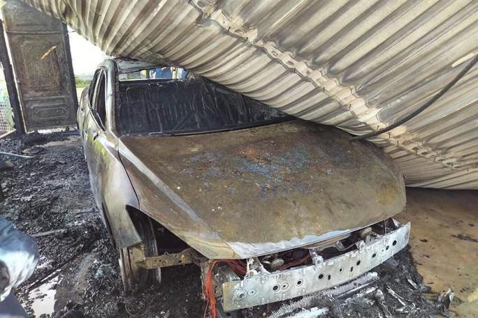 Đang đậu trong gara sát nhà, xe ôtô bất ngờ cháy dữ dội - Ảnh 1.