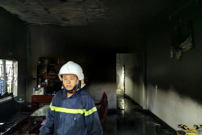 Đang đậu trong gara sát nhà, xe ôtô bất ngờ cháy dữ dội - Ảnh 2.