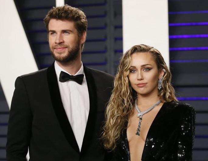 Vừa chia tay chồng, sao nữ Miley Cyrus hôn đắm đuối bạn gái mới - Ảnh 1.