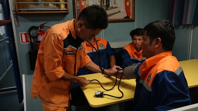 Tàu cá bị chìm ở vùng biển Hoàng Sa, 6 thuyền viên hoảng loạn trên thúng chai - Ảnh 3.
