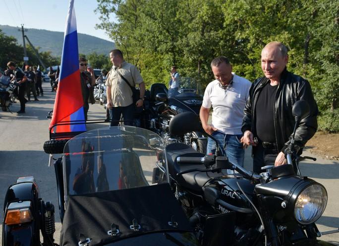 Tổng thống Putin đến buổi biểu diễn xe mô tô ở Crimea, Ukraine phản đối - Ảnh 3.