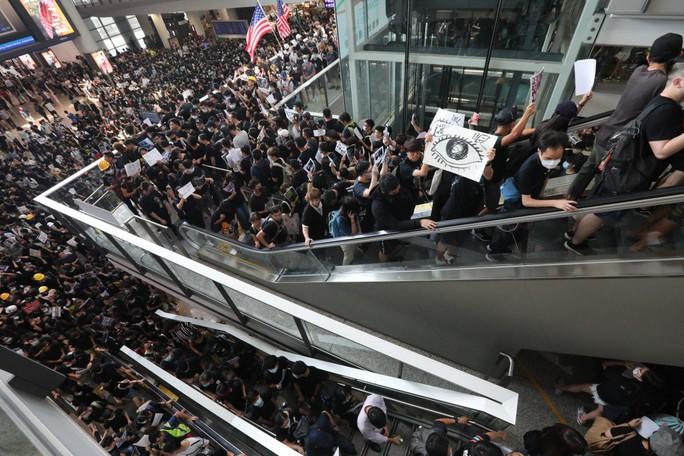 Hàng ngàn người biểu tình chiếm nhà ga sân bay quốc tế Hồng Kông - Ảnh 2.
