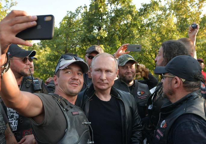 Tổng thống Putin đến buổi biểu diễn xe mô tô ở Crimea, Ukraine phản đối - Ảnh 4.