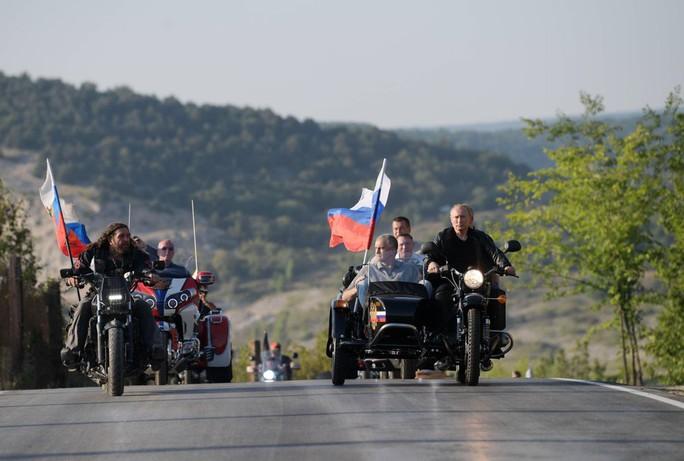 Tổng thống Putin đến buổi biểu diễn xe mô tô ở Crimea, Ukraine phản đối - Ảnh 5.