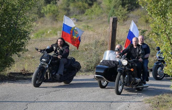 Tổng thống Putin đến buổi biểu diễn xe mô tô ở Crimea, Ukraine phản đối - Ảnh 6.