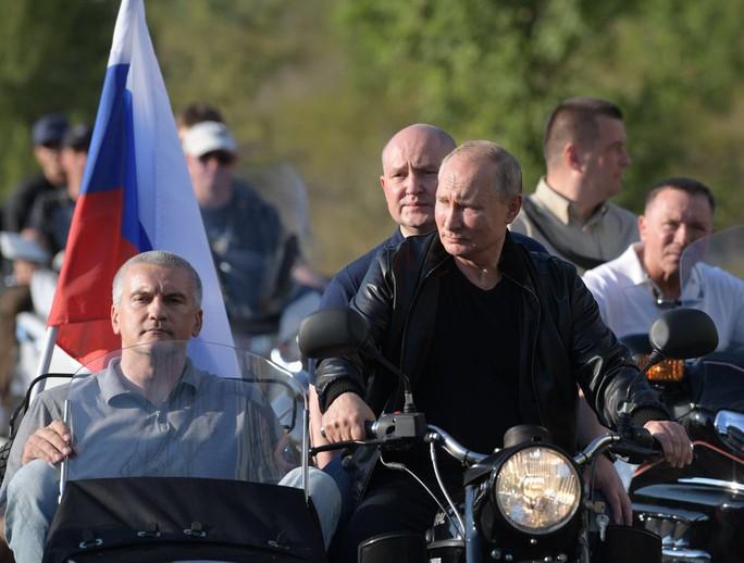 Tổng thống Putin đến buổi biểu diễn xe mô tô ở Crimea, Ukraine phản đối - Ảnh 7.