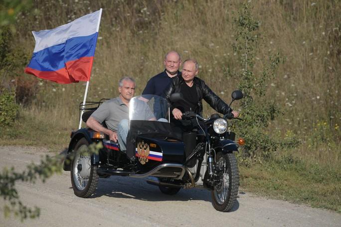 Tổng thống Putin đến buổi biểu diễn xe mô tô ở Crimea, Ukraine phản đối - Ảnh 8.
