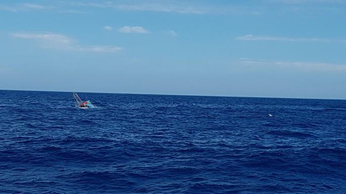 Tàu cá bị chìm ở vùng biển Hoàng Sa, 6 thuyền viên hoảng loạn trên thúng chai - Ảnh 1.