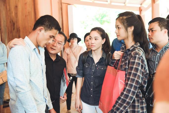 Tốp 3 Hoa hậu Thế giới Việt Nam hỗ trợ người dân gặp bão lũ - Ảnh 8.
