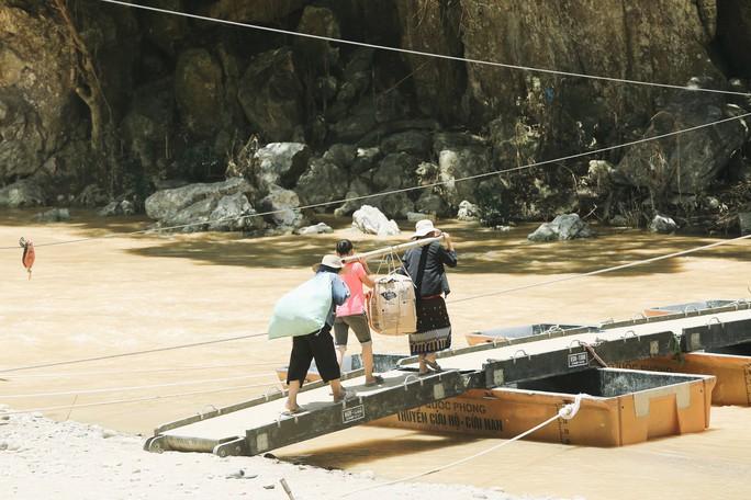 Tốp 3 Hoa hậu Thế giới Việt Nam hỗ trợ người dân gặp bão lũ - Ảnh 1.
