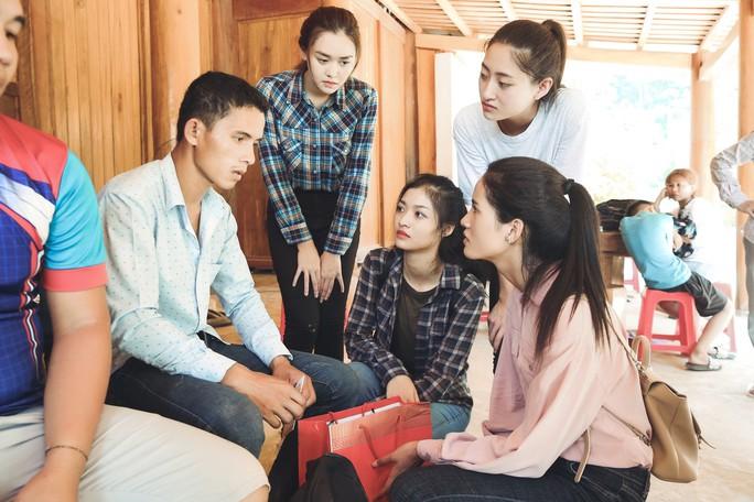 Tốp 3 Hoa hậu Thế giới Việt Nam hỗ trợ người dân gặp bão lũ - Ảnh 7.