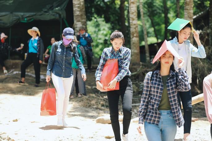 Tốp 3 Hoa hậu Thế giới Việt Nam hỗ trợ người dân gặp bão lũ - Ảnh 5.