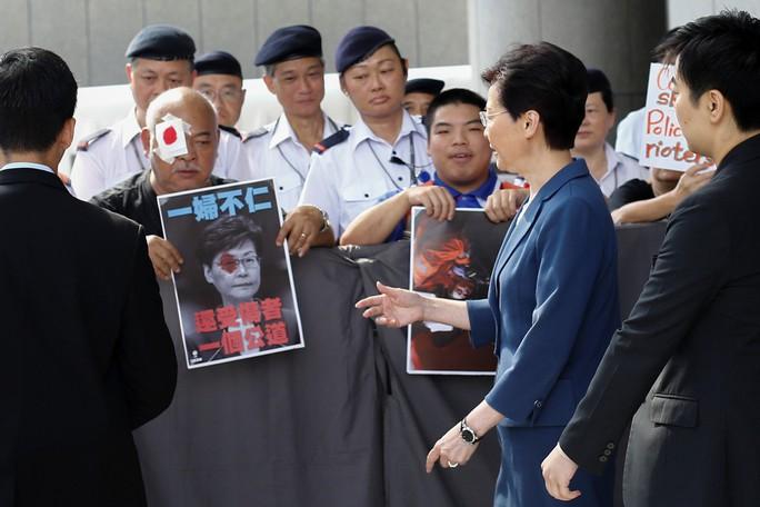 Hồng Kông: Nguy cơ căng thẳng chính trị sắp thành khủng hoảng kinh tế - Ảnh 1.