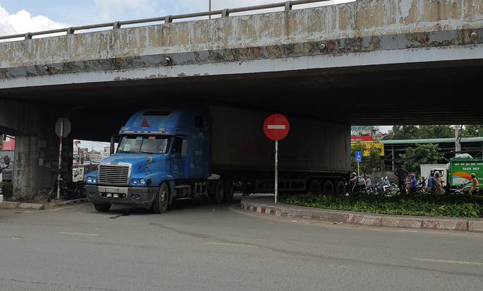 CLIP: Xe container gây rối loạn giao thông ở ngã tư An Sương - Ảnh 2.