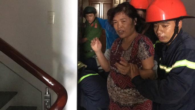 CLIP: Phá cửa thang máy cứu bà nội và cháu trai 8 tháng tuổi đang la hét - Ảnh 1.