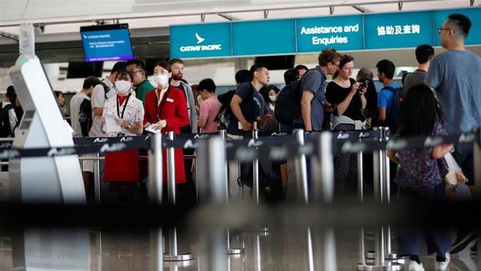 Sân bay Hồng Kông mở cửa trở lại, hàng ngàn người vẫn mắc kẹt - Ảnh 2.