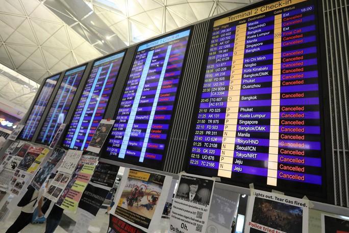 Sân bay Hồng Kông mở cửa trở lại, hàng ngàn người vẫn mắc kẹt - Ảnh 3.