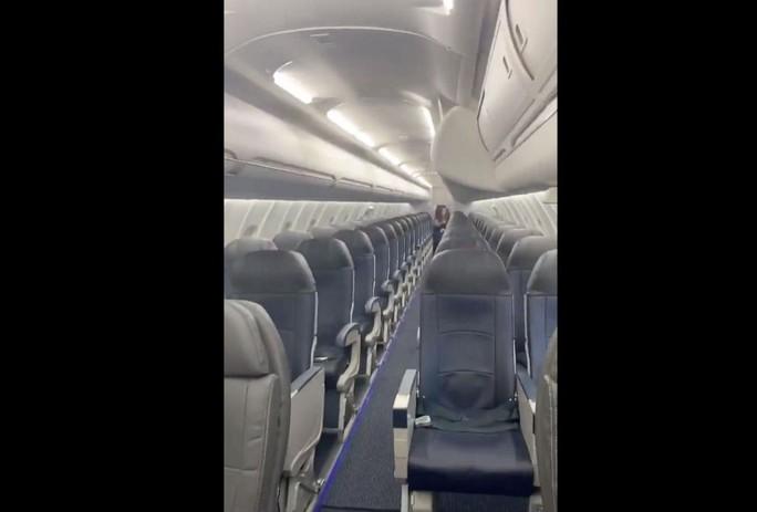 Delta Airlines bay với một hành khách, American Airlines bỏ bê nhóm trẻ em - Ảnh 2.