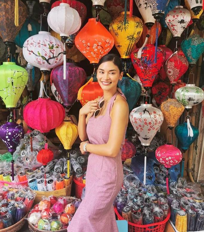 Hoa hậu hoàn vũ Pia Wurtzbach mặc áo dài duyên dáng ở Hội An - Ảnh 3.
