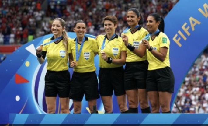 Tổ trọng tài nữ bắt Siêu cúp châu Âu, UEFA nhận gạch đá - Ảnh 3.