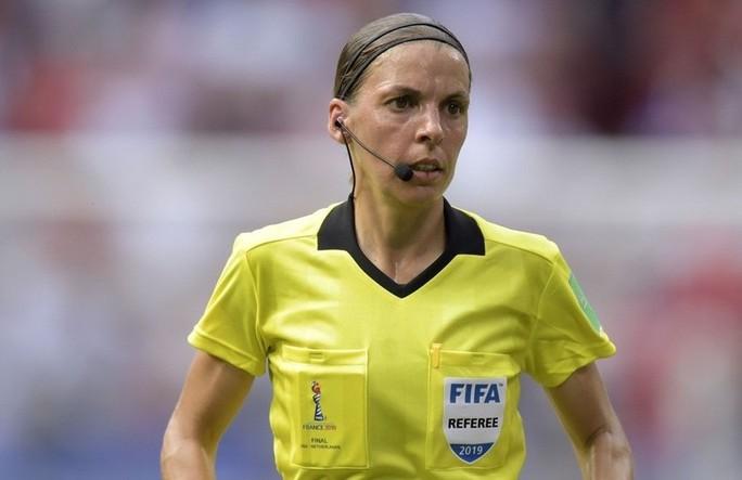 Tổ trọng tài nữ bắt Siêu cúp châu Âu, UEFA nhận gạch đá - Ảnh 2.