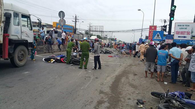 Truy tố tài xế container đụng thương vong 29 người ở ngã tư Bình Nhựt  - Ảnh 1.