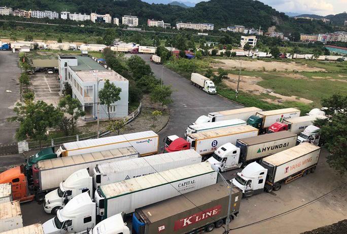 Trung Quốc siết thông quan, hơn 500 xe container thanh long ùn ứ tại cửa khẩu Lào Cai - Ảnh 1.