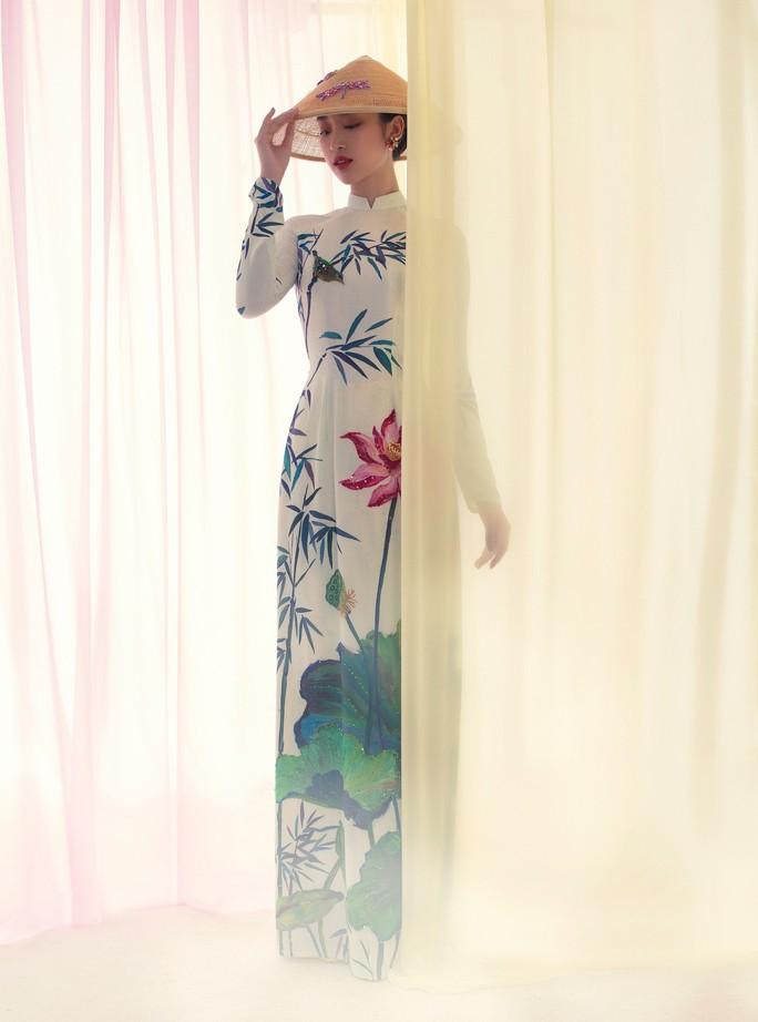 Đỗ Mỹ Linh tuyệt sắc trong áo dài hoa sen lễ Vu Lan - Ảnh 1.