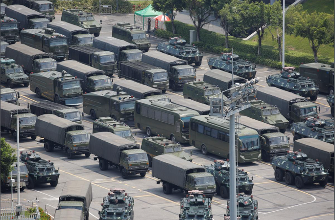 Trung Quốc diễn tập rầm rộ ở biên giới Hồng Kông - Ảnh 2.