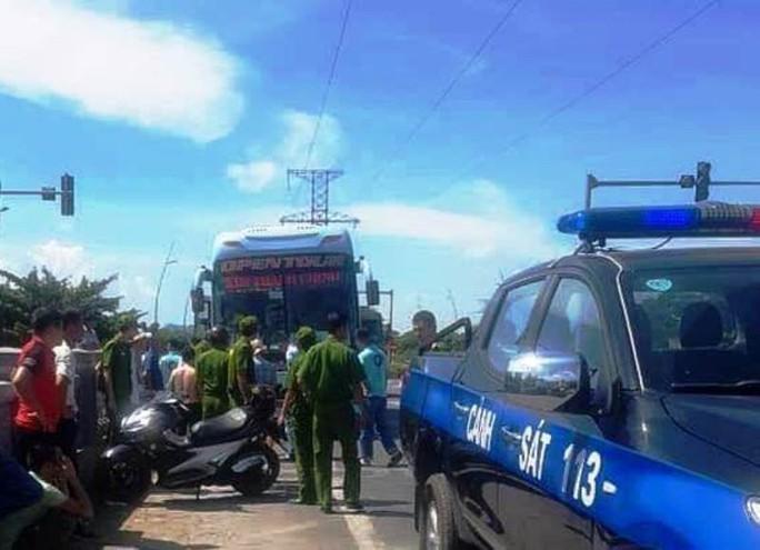 2 xe khách rượt đuổi nhau giải quyết va chạm gây náo loạn đường phố - Ảnh 1.