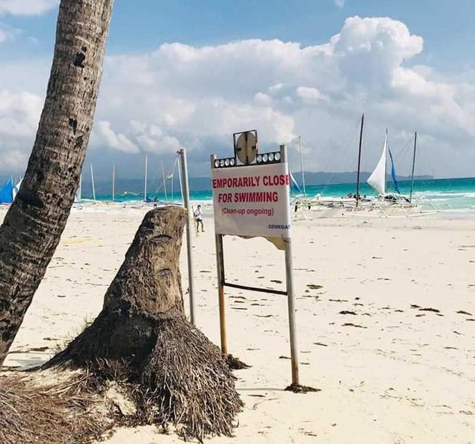 Khách Trung Quốc chôn bỉm trên cát, Philippines đóng cửa bãi biển  - Ảnh 1.